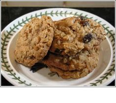 Oaty raisin cookies Replace the honey with golden syrup, cinnamon with dessicated coconut and throw in some chopped nuts, yum! Basic Cookies, Easy Sugar Cookies, Healthy Cookies, Healthy Treats, Yummy Cookies, Healthy Foods, Best Oatmeal Raisin Cookies, Raisin Cookie Recipe, Oatmeal Cookie Recipes