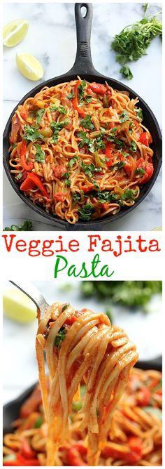 Skinny One-Pan Veggie Fajita Pasta - SO delicious!