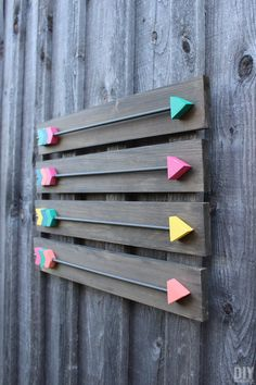 diy wall decor Learn how to make your very own Arrow Wall Decor with this step by step tutorial. Also included is a FREE Arrow Template to make your arrows easily. Diy Wand, Wood Arrow, Arrow Art, Metal Tree Wall Art, Wall Wood, Into The Woods, Diy Wood Signs, Diy Holz, Wooden Crafts