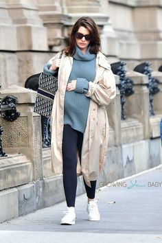Pregnant Anne Hathaway cradles her growing baby bump in NYC - Growing Your Baby Celebrity Maternity Style, Cute Celebrity Couples, Celebrity Babies, Maternity Fashion, Celebrity Style, Pregnancy Looks, Pregnancy Outfits, Pregnancy Style, Anne Hathaway Pregnant
