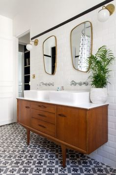 If you're updating an old bathroom or installing a new one, this vintage bathroom decor can you give some ideas to start it! House Bathroom, Mid Century Bathroom, Vintage Bathroom, Bathroom Interior, Small Bathroom, Modern Bathroom, Bathtub, Boho Bathroom, Tile Bathroom