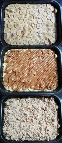 Etapas de montagem da cuca de banana com doce de leite: primeiro coloque as bananas fatiadas, por cima o doce de leite e depois a farofa.