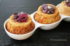 I tortini di zucca e patate alla cipolla sono dei piccoli sformati salati accompagnati da deliziose cipolle caramellate.