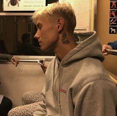 """#wattpad #fanfiction """"Vilken tönt jag är va?"""" """"Den vackraste tönten"""" Stella, en storstadstjej från Stockholm åker utomlands med sina kompisar strax efter studenten. Där stöter hon på Dante, en medlem i gruppen Hov1. Vad händer när man faller för någon som hela Sverige känner igen? Och vad händer när man egentligen leve... Fanfiction, Daddy, Wattpad, Guys, Celebrities, Men, Tatoos, Handsome, Couples"""