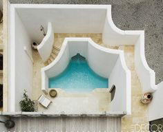I know we don't like outdoor showers (brrrr), but what a lovely idea..... more a spa pool/hot tub..