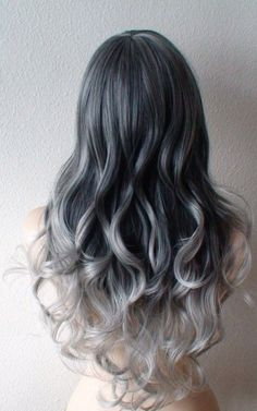 Sfumature di grigio sui capelli lunghi e mossi