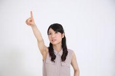 フリー写真, 人物, 女性, アジア人女性, 女性ポートレイト, 日本人, 日本の女性, モデル:00305, ノースリーブ, 指差す, ウエストショット(女性), 上を向く / 見上げる, 白背景, 商用利用可能, 改変可能, クレジット不必要