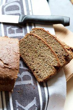 Essa receita pão de linhaça tem a consistência de um bolo firme porem, ela anda em contramão ao que, na maioria das vezes, nos buscamos alcançar nesse mundo da culinária sem gluten; pães lindos e que imitam o sabor e textura dos pães com gluten. Para alca