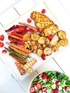 Vi grillade vegofiléer, sötpotatis, morötter, sparris, halloumi och paprika. Och så tomater. – Fridas Bakblogg