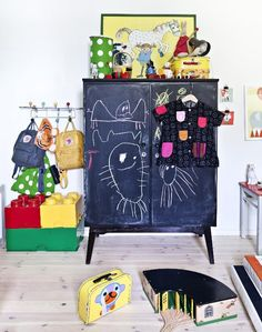 Lastenhuone: Kids room with chalkboard painted cabinet Rooms Decoration, Diy Kids Furniture, Blue Furniture, Deco Kids, Cool Kids Rooms, Kids Room Design, Deco Design, Kid Spaces, Kids Decor