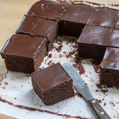 With a cake-like texture, hint of cinnamon, and thick layer of ganache, these Cinnamon Chocolate Brownies feel decidedly elegant for a simple, no-fuss finger food. Choco Chocolate, Chocolate Brownies, Chocolate Cookies, Chocolate Desserts, Chocolate Thermomix, Chocolate Ganache, Brownie Recipes, Cake Recipes, Dessert Recipes