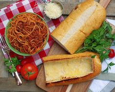 Who doesn't love a little garlic bread with their spaghetti? Easy Spaghetti Stuffed Garlic Bread makes sure you get a little of that crispy, savory, garlic goodness with each bite! Cheesy Baked Spaghetti, Spaghetti Meat Sauce, Spaghetti Recipes, Pasta Recipes, Beef Recipes, Cooking Recipes, Dinner Recipes, Homemade Spaghetti, Dinner Dishes