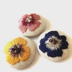 新しいヘアゴム出来ました✨ キラキラした朝つゆをイメージした、雫の花シリーズです 天然石のガーネット等、黄色と青色には使っています  #刺繍  #embroidery  #broderie  #刺しゅう  #flower #ミンネ #minne  #刺繍作家 #ヘアゴム#チクチク#黄色#花 #ビーズ#ハンドメイド#手芸#ピンク#青色#ガーネット