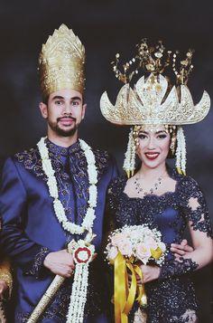 Pernikahan dengan adat lampung modern. Menggunakan kebaya berwarna midnight blue - www.thebridedept.com