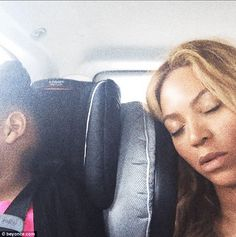 Beyonce bounces on a bed with daughter Blue Ivy Beyonce 2013, Beyonce World, Beyonce Memes, Beyonce Beyonce, Beyonce Coachella, Beyonce Style, Rihanna, Beyonce Blue Ivy, Beyonce And Jay Z