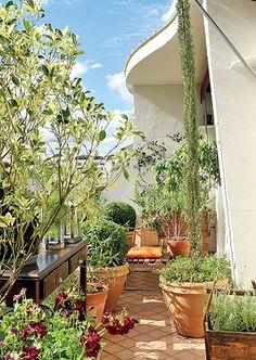 Este projeto privilegia frutíferas e plantas aromáticas, como lavandas e jasmins. Além dos cachepôs de madeira, as espécies estão acomodadas em vasos de cerâmica