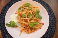 original Spaghetti Napoli in 15 Minuten l Spaghetti mit Tomatensosse - Suppen rezepte 15 Minute Meals, Sauce Tomate, Jamie Oliver, Tomato Sauce, Low Carb, Pizza, The Originals, Smoothie, Cooking