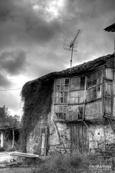 Abandoned house in Piñeiro, A Pobra de Trives (Spain) / Casa abandonada en Piñeiro, A Pobra de Trives (Ourense) Outdoor Bathtub, Abandoned Houses, Cabin, House Styles, Artwork, Home Decor, Abandoned Homes, Little Cottages, Work Of Art