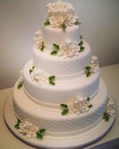 Bolo de quatro andares com detalhes em poá e flores de açúcar