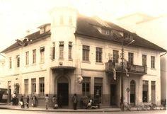 Arquivo Histórico de Joinville -  comércio de Affonso Lepper & Cia., edificado em 1923 Louvre, Mansions, House Styles, Building, Travel, Google, Home, Santa Catarina, Rolodex