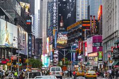 What to see in NYC: Times Square & Central Park Capital Of Usa, Times Square, New York Travel Guide, Building Signs, Colourful Buildings, Voyage Europe, High Rise Building, Central Park, Cool Places To Visit