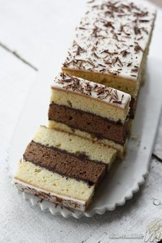 NAPOLITAIN MAISON (Pour 10 P : GATEAUX : 250 g de farine, ½ sachet de Levure, 200 g de sucre, 200 g de beurre, 4 œufs, 1 c à c d' arôme vanille, 1 c à s de cacao non sucré) (GANACHE : 150 g de chocolat noir, 12 cl de crème liquide) (GLACAGE : 1 c à s de crème liquide, 100 g de sucre glace, 1 c à s de vermicelles en chocolat)