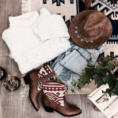Mood of this weekend ❤ Cozy and comfy with my handmade knit sweater and my boho boots @thekindreds  Happy evening babes 💋 . #littlebohoblog #ootd #outfit #boho #bohemian #knit #winteroutfit #winter #cozy #bohemianstyle #sweater #handmade #bohoboots #boots #thekindreds #ethnic #hippie #gypsy #blogger #fashionblogger #blogueuse #mode #lille