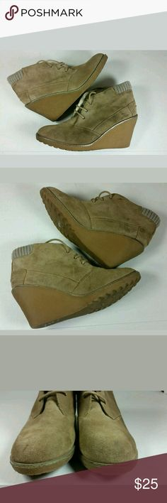Lacoste leren ankle wedge boot tan beige Still has a lot of life left.  If you have any questions let me know. Lacoste Shoes