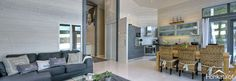 Valkovahattu seinä, harmaa moderni keittiö, rustiikit rottinkituolit, harmaat ikkunat, vaalea lattia!
