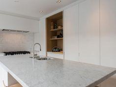 Tijdloze strakke keuken met insteekdeuren, nis in eik 'scratched'.