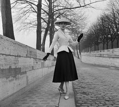 Model wearing a bar suit created by Christian Dior in photographed in 2011 by Patrick Demarchelier for his Dior Couture Book The second photo is of the same iconic bar jacket and skirt in 1947 Dior Haute Couture, Couture Christian Dior, Christian Dior Dress, Christian Dior Vintage, Dior Fashion, 1940s Fashion, French Fashion, Vintage Fashion, Fashion Trends