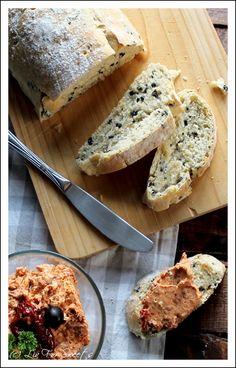 Experimente aus meiner Küche: Olivenbrot und Frischkäse-Dip mit getrockneten Tomaten und Feta #breadbakingfriday