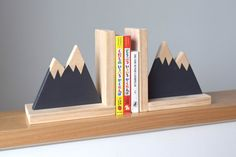 Two minimal mountain peaks are designed to be set on your desk to keep your precious books organized. The handmade wooden bookends have been ready for the Industrial Bookends, Modern Bookends, Cool Art Projects, Diy Wood Projects, Wood Crafts, Modern Nursery Decor, Woodland Nursery Decor, Wooden Diy, Handmade Wooden
