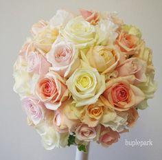 ふんわりとしたアイボリーのバラに、淡いピンクやサーモンピンクを散りばめました。