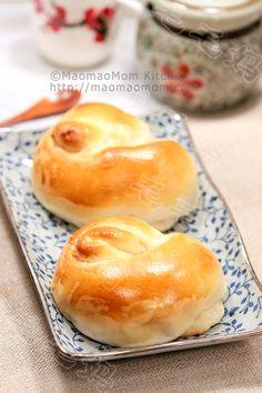 Soft rolls with taro filling 汤种芋蓉面包