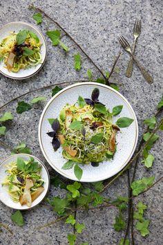 Zucchini-Linguine mit Avocado, Kräuterseitlingen und Thaibasilikum - Cucina Piccina