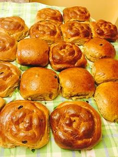 creole buns Caribbean Recipes, Caribbean Food, Sweet Buns, Creole Recipes, Island Food, I Foods, Bread Recipes, Dishes, Healthy Dinners