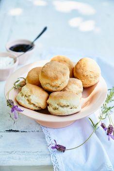 Scones met lavendel en confituur - Libelle Lekker  Wat zeker niet mag ontbreken op een high tea? Scones natuurlijk! Met clotted cream en confituur, en in dit recept zijn ook lavendelbloemetjes verwerkt. Extra zomers!