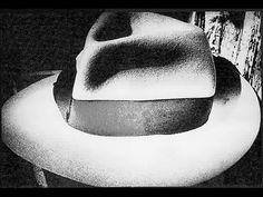 Cieli per modo di dire, quelli che fotografa Daido Moriyama, grandissimo fotografo giapponese, sono panorami underground dove il cielo si vede davvero poco. Strade semideserte e notturne, ragazze di vita, metropolitane deserte e pioggia continua..ecco il mondo triste ma pieno di splendidi chiaro- scuri di Daido.