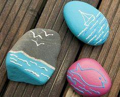 galet peint à motifs bord de mer, dessin sur galet facile à réaliser, bateau, poisson et oiseaux de mer