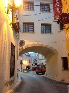 Calle Porche. Sobre el porche se encuentra el antiguo Ayuntamiento de Alcalalí.