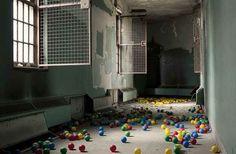 También se encontró con este manicomio fantasmal en Nueva York, que aún tenía bolas de plástico esparcidas por del piso.