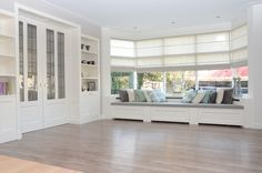Interieur opmaat! Supertrots zijn wij op dit resultaat. Prachtige ensuite deuren & kasten zijn er verwerkt in dit nieuwe interieur in Wervershoof. De erkerbank met verborgen lades maakt het interieur compleet. Alles is geschilderd of gespoten in de RAL 9010. PVC vloer Ondanks zijn natuurlijke look van een houten vloer is het toch een pvc … Window Seat Design, Home Interior Design, New Homes, House Interior, Home Remodeling, Home, Home Deco, Classic House, Home Decor