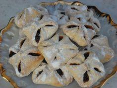 Mouku v míse promícháme se soli a práškem do pečiva, uděláme do ní důlek, nadrobíme do něj droždí, maličko ho pocukrujeme, zalijeme vlahým mlékem... Cinnamon Stars Recipe, Filled Cookies, Czech Recipes, Croatian Recipes, Dried Apricots, Desert Recipes, Quick Easy Meals, Raisin, Food Hacks