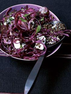 Roergebakken rodekool met linzen en blauwe kaas  - Inspiratie voor Kerst: 25 vega recepten | ELLE Eten