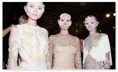 Bijoux Swarovski, sequins, perles ou empiècements en cuir… Show après show, Pat McGrath rivalise d'ingéniosité en backstage Givenchy, concevant, à même la peau, des créations make-up étonnantes, devenues en quelques saisons, la signature de la maison. Avant de découvrir, d'ici quelques heures, ce que la makeup artist nous réserve pour le défilé automne-hiver 2016-2017, retour sur 5 effets à couper le souffle…