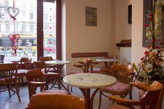 Budapest VIII. kerületében egy békebeli hangulatú kávéház.