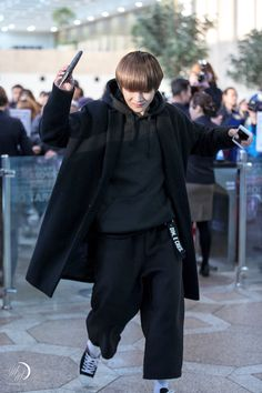 I can't, Tae needs to draw a line with the baggy clothes, it's becoming a thing now Suga Rap, Bts Bangtan Boy, Bts Jimin, Bts Airport, Airport Style, Kpop Fashion, Korean Fashion, Airport Fashion, Mens Fashion