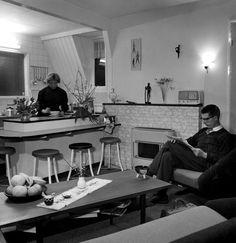 Woonkamer Met Open Keuken En Huisbar Van De Familie Geerlof In Dordrecht Interieur Typerend Voor Begin Jaren Zes Huisbar Thuisdecoratie Binnenhuisarchitectuur