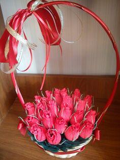 Корзинка с бутонами роз